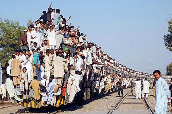 люди висят на поезде